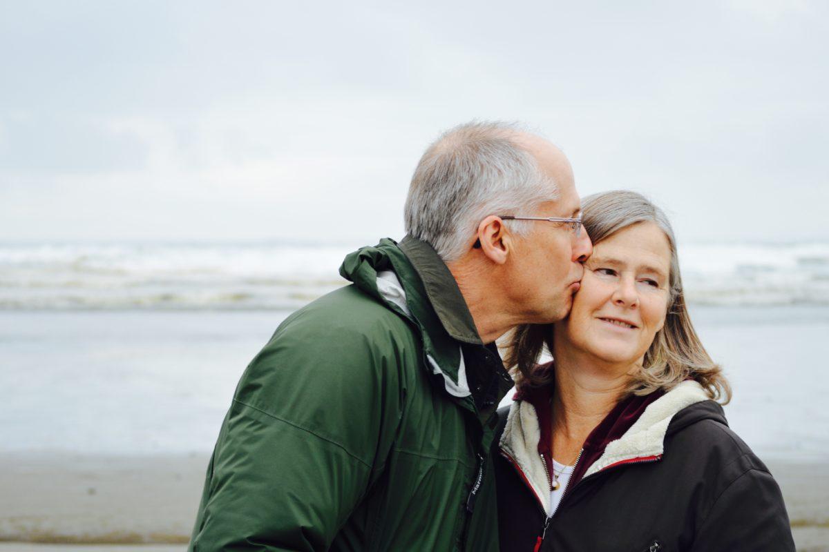 äldre par kyssas