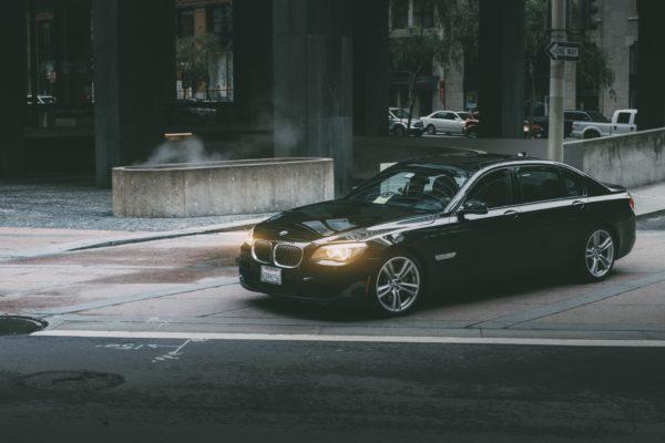 bild av en svart bil